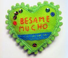 Magnete #BesameMucho #DezaYeppa  ricamato a mano. Lato frontale (retro è con calamita o usabile come puntaspilli). #handmade #Magnet #Pincushion #handembroidered #sanvalentino #valentineday www.facebook.com/DezaYeppa www.DezaYeppa.etsy.com