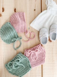 Crochet Baby Set - Vintage Bonnet & Bloomers - newborn - free pattern A crochet baby set with a classic bonnet & bloomers for newborn size with classic vintage style and construction. Crochet Baby Bloomers, Crochet Bebe, Baby Girl Crochet, Crochet Baby Clothes, Crochet Granny, Baby Clothes Patterns, Baby Patterns, Vintage Patterns, Knitting Patterns