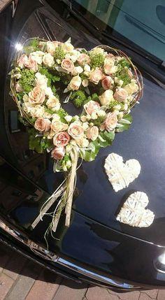 Herzen Source by Wedding Getaway Car, Wedding Cars, Wedding Car Decorations, Bridal Car, Foam Roses, Holding Flowers, Bridal Flowers, Artificial Flowers, Floral Wedding