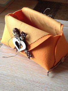 Svuota tasche in pannolenci arancione con cuori di legno
