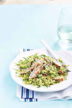 A new twist on a classic favourite, this caesar salad is crisp and fresh. Topped with warm chicken and bacon, it's also an incredibly satisfying weeknight meal. Chicken Caesar Salad, Chicken Salad Recipes, Chou Rave, Cooking Recipes, Healthy Recipes, Weeknight Meals, Vegetable Recipes, Entrees, Food And Drink