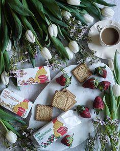 最近よく行くファーマーズマーケットには行くと時間が経つのも忘れるくらい見いってしまう程世界各国の食材が売られてます。中でもロシアの食材が豊富で、お菓子のパッケージがメチャクチャ可愛い‼💓英語表記もされてるけど、なんとな~くな感じなのでハッキリした味とかがイマイチ分からなかったりするけど、とにかく可愛いのでパケ買い😁 . 今回買ったのはこのビスケット🍪の他にチョコレートがけした幾つも層になったウエハース。 このウエハースはちょっとう~んな感じでもなかったけどビスケットはパケ、味とも大正解😋✨ 何か、小さい頃食べたような素朴な懐かし~これぞ、ザ. ビスケット、な味(笑) パッケージだけでなくビスケットのデザインもこれまた可愛い💓 こういったデザインビスケットがとにかく沢山あって、他にも可愛いのがまだまだ沢山あったのでいつかまた買った時にはポストしまーす✨ . そう言えば、なんちゃってきのこの山🍄があった‼(笑) ロシアが先なのか、日本が先なのか、知りたいところだ。 元祖きのこの山はどっちなんだー?(笑) 今度買ってみるー。 そしたらポストするわ😁…