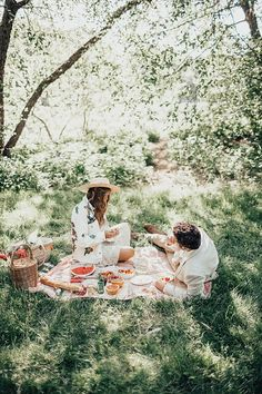 Picnic in Central Park Picnic Photography, Couple Photography, Photography Poses, Picnic Date, Summer Picnic, Beach Picnic, Fall Picnic, Fun Couple Activities, Dream Dates