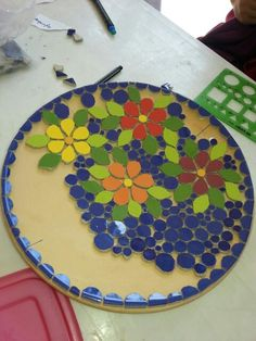 Mosaico realizado pelo atelier cacos do Ofício.Mosaico produzido no ateli& MosaicatoMosaico Beginning a mosa Table Mosaic, Mosaic Tray, Mosaic Pots, Mosaic Wall, Mosaic Glass, Mosaic Tiles, Mosaic Mirrors, Fused Glass, Mosaic Art Projects