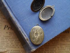 Quantity: 2 lockets  Size:33mm x 24mm  Hole size: 1.5mm Thickness: 7mm(1/4)  Material: Zinc Metal Alloy  Fit 22.5 x 16mm Inside  **Put your favorite pictures inside for a personal touch, or fill with your favorite solid perfume recipe and apply as needed.  CHECK OUT OUR OTHER LOCKETS HERE: https://www.etsy.com/shop/montagesupply/search?search_query=diffuser&order=date_desc&view_type=list&ref=shop_search