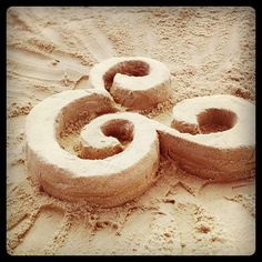 An ampersand in sand. — ohemgeeee!