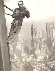 """vintagecamerastyle: """"billyjane: """" 1936 Empire State Window Washer Cameraman """" """" Hier ihr Luschen! So geht das!"""