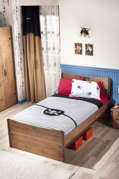 Cilek Black Pirate Jugendbett XL Auch große Piraten können sich nun angemessen betten. Mit einer Liegefläche von 120 x 200 cm kann so mancher Sturm überstanden werden. Und die scheinbar zusammengezimmerten alten Schiffsplanken...  #kinder #kinderzimmer #kinderbett #cilek  #pirat