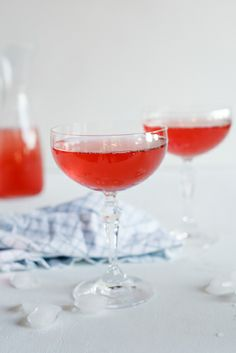 Sparkling pear, cranberry & vodka cocktail. #Recipe #Cocktail #Christmas