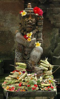 Flower offerings on a Balinese statue in Ubud. Bali is a predominantly Hindu island within Indonesia and they have developed their own unique art style. Bali Lombok, Brunei, Timor Oriental, Philippines, Laos, Bali Travel Guide, Borobudur, Paradise Island, Maldives