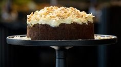 Get spicy with Nigella Lawson's ginger and walnut carrot cake! It's perfect for those who prefer a cake that is less sweet but still packed with flavour. Nigella Lawson, Masterchef Recipes, Cake Tins, Savoury Cake, Clean Eating Snacks, Cake Recipes, Dessert Recipes, Carrots, Sweet Treats
