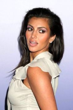 As kim kardashian hairstyles is famous for its long curvy back hairs. Kardashian Dresses, Kim Kardashian Hair, Kardashian Hairstyles, Beauty Queens, Most Beautiful Women, Business Women, Movie Stars, Style Inspiration, Celebrities
