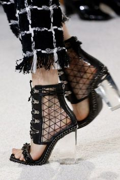 The complete Balmain Spring 2018 Ready-to-Wear fashion show now on Vogue Runway. Fashion Shoes, Fashion Accessories, Fashion Outfits, Womens Fashion, Fashion Trends, Zapatos Shoes, Shoes Heels, Pumps, Mode Shoes