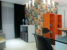 Sala com papel de parede para sala colorido Projeto de Henrique Cezar Coutinho Cruz
