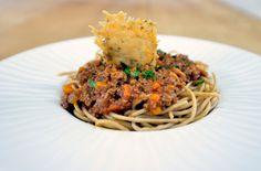 https://flic.kr/p/NZtWwX   Fundacion La Casa y el Mundo Proyecto Gastronomix Inauguración_20161105_Rafael Munoz_01   . Emplatado de una ración de espaguettis a la bolognesa.