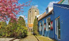 Veere, Zeeland Kleurrijk steegje met uitzicht op de grote kerk Foto: Petra Simons