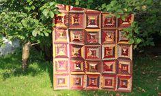 Nydelig quilt i vakre høstfarger! Her er det brukt masse rester av strimler i forskjellige bredder. Sydd stripesett og skjært ut trekanter som deretter er sydd sammen til firkanter. Teppet er quiltet i flere deler og sydd sammen til slutt. Quilt in beautiful autumn colors.