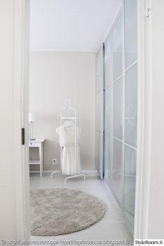 makuuhuone,vaalea,vaaterekki