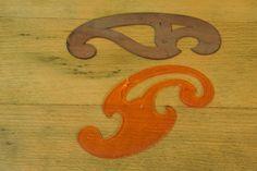 Kurvenlineale: oben noch unkanonisch aus Holz (wohl aus der zeit um 1920) und unten die vergleichbare Form aus Kunststoff (beide wohl aus einem zusammengehörigen Set von drei unterschiedlichen Schablonen).
