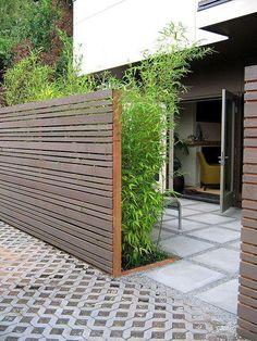 Horizontale Planke Privatsphäre Zaun und viel Grün für mehr Privatsphäre
