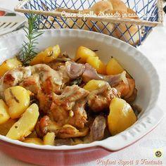 Cosce di pollo disossate in casseruola, con questa doppia cottura la carne resterà tenera e saporita così come le patate dorate e le cipolle morbide.