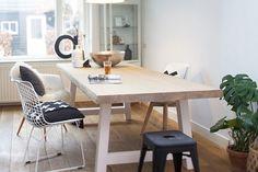 De Bink is een prachtige strakke boomtafel. Het tafelblad is 6 cm dik en gemaakt van massieve grenen balken. Je kunt kiezen uit 4 verschillende afwerkingen van het tafelblad, 4 verschillende vormen onderstellen en 4 verschillende kleuren afwerkingen van het onderstel. En dit allemaal vanaf €519,95 voor een complete tafel! Deze elegante boomstamtafel misstaat in geen enkele woonkamer of keuken.