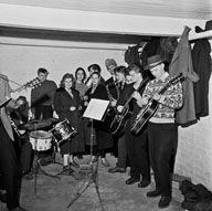 Kurt Nuotion jazzkvintetti harjoittelee kellarissa 1950-luvulla. Kuva: Helsingin kaupunginmuseo/Kari Hakli