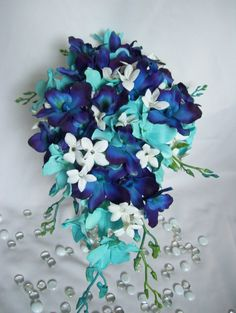 Cascada de Desiree más pequeña con hortensias y orquídeas de Jade turquesa Stephanotis con diamantes de imitación, orquídeas violeta azul CA. El tamaño es aproximadamente de 21 largo por 10 pies de ancho. VER diseño 1 de Desiree con lilys blanca Calla y menos Stephanotis. Vea