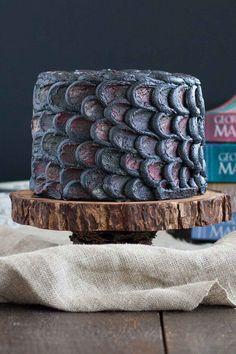 Use this simple decorating technique to create the perfect red velvet Dragonscale Cake and impress your Game of Thrones loving friends! Game Of Thrones Food, Game Of Thrones Party, Game Of Thrones Dragons, Kid Cupcakes, Cupcake Cookies, Game Of Thrones Birthday Cake, Fresco, Torta Angel, Dragon Birthday