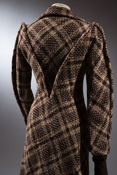 Charles James: tweed coat, 1936 (made in London). The Museum at FIT, New York (photo: Eileen Costa). Charles James, Vintage Glam, Mode Vintage, 1930s Fashion, Vintage Fashion, Edwardian Fashion, Emo Fashion, Mode Mantel, Tweed Coat