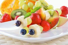 Dulce brocheta de frutas tropicales