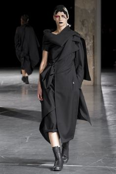 Yohji Yamamoto Fall 2017 Ready-to-Wear Collection Photos - Vogue