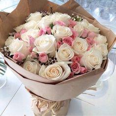 Dit wit met roze rozen boeket is gemaakt door een van onze nieuwe werknemers.