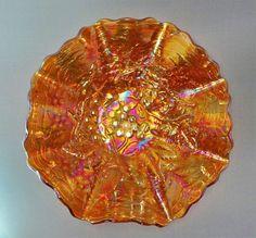 """Antigo Bowl em Vidro Fogo / Carnival Glass Com Desenhos de Uvas em Relevos, Padrão """"Heavy Grape"""". USA, Imperial Glass, 1911-1929."""