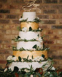 How incredible is this wedding cake? 👏🏻🍾🥂🍰 Photo @anahiweddings Cake @cynthiascakesllc 🎉 ✨ weddingcakes #weddingcake #goldwedding #goldweddingcake #weddingphotography  #weddingphotographer #weddingplanning #weddingphoto #weddingphotos #prettycake  #destinationwedding #summerwedding #weddinginspiration #weddingideas #cake #cakeideas #cakedecorating #glamorous #glamwedding #goldandpink #fabmood #goldweddingcake #glamwedding #elegantwedding