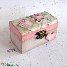 Rózsás kicsi ékszertartó, gyűrűtartó doboz (NikoLizaDekor) - Meska.hu Decorative Boxes, Monogram, Diy, Vintage, Home Decor, Monogram Tote, Homemade Home Decor, Bricolage, Do It Yourself