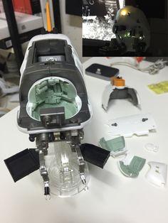 전면 외부 선체를 제거 하면 내부를 볼 수 있다. LED 유닛을 켜면 조종실 내부와 상부 서치 라이트에 불이 들어온다