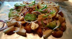 Det er ingenting i veien for å også lage poteter på grillen. Sprouts, Vegetables, Food, Red Peppers, Crickets, Essen, Vegetable Recipes, Meals, Yemek