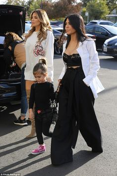 Kourtney Kardashian wears black lace bra to breakfast Kourtney Kardashian, Estilo Kardashian, Kardashian Style, Kris Jenner, Kendall Jenner, Outfit Look, Black Lace Bra, Outfit Goals, Cute Casual Outfits
