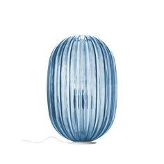 LAMPE à POSER -  Foscarini - PLASS Media  Entre tradition et modernité, la collection Plass de Luca Nichetto interprète la tradition artisanale du verre avec un matériau et un procédé plus contemporain : le polycarbonate transparent imprimé en rotation. Luminaire aux proportions impressionnantes, la lampe à poser Plass donne du caractère à un salon ou une entrée, seule ou dans une composition multiple. Disponible en bleu et en gris, Plass crée des jeux de lumière pour une ambiance…