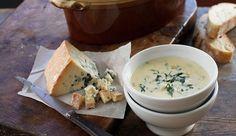 Cette crème de maïs au bleu est un délice végétarien. A la fois soupe de légumes et plat complet, elle vous fera voir la vie en bleu.