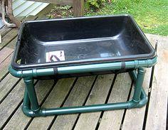 Tvättstation för handtvätt eller tvättning utomhus. Tillverkas av PVC rör. Dock är PVC rör inte jätte billiga. Kostnaden för rören bara landar på ca 600-700 kr. Sedan behövs baljan och kanske en del för avlopp. Men om man kommer över rör billigt, någon som har över och/eller kan skänka dem så är idén god.