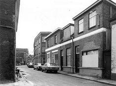 De foto is van het complex aan de Prinsenstraat waar Venemans Roggebrood (officieel nummer 46) gevestigd was. De schoenmakerij was op nummer 42 gevestigd en het pand met de dichtgetimmerde dakkapel. Netherlands, Street View, The Nederlands, The Netherlands, Holland