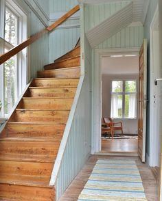 Old Country Feeling Cottage Stairs, Cottage Entryway, House Stairs, Swedish Cottage, Swedish House, Surf House, My House, Rustic Staircase, Cottage Style Homes