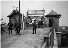 Союзницей Германии по оккупации Чехословакии в 1939 году была Польша. фото Польские солдаты на захваченном чешском КПП у чехословацко-германской границы, у пешеходного моста, построенного в честь юбилея императора Франца-Иосифа в чешском городе Богумин. Виден еще целый чехословацкий пограничный столб.  1938-39 гг.  15 марта 1939 года указом рейхсканцлера Германии А.Гитлера Чехия и Моравия были объявлены протекторатом Германии. Главой исполнительной власти протектората был назначаемый фюрером