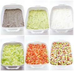 Vegetarischer 7 Schichten Dip! Zutaten: 1. Schicht: 1 Dose schwarze Bohnen, abgetropft + gespült, 1 chipotle Pfeffer,  2 El. Limettensaft, 2 El. Wasser, ½ Tasse Koriander grob gehackt, 1 Tl. Kreuzkümmel. 2. Schicht: 3 Avocados, entkernt+ mit Gabel zerdrückten, ⅓ Tasse gehackter frischer Koriander, 2 El. frischer Limettensaft. 3. Schicht: ½ Becher Sauerrahm. Dann: 2 Tassen gehackter Eisbergsalat, 3 romana Tomaten, 1 Tasse gehackte Gurken, ¼ Tasse rote Zwiebel. Salz und Pfeffer, frischer…