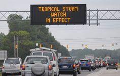 26 de outubro - Em rodovia na cidade de Wilmington, na Carolina do Norte, nos Estados Unidos, motoristas são informados da aproximação de Sandy, que teve seu status alterado de furacão para tempestade tropical