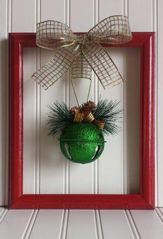 Merci de vérifier sur mon annonce !  Il s'agit d'une partie d'une couronne unique faite à partir d'un cadre de photo récupéré. Le cadre mesure 9 3/4 « x 11 1/2 » pouces le long de l'extérieur. Le cadre a été peint rouge et orné d'un noeud de ruban à la bombe. La Couronne a été finie avec un grelot vert scintillant décoré de ruban et mini cocottes. La Couronne a un cintre métallique dans le dos.  Consultez mes autres articles saisonniers ici…