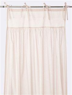 Le volume ample de ce rideau plissé habille avec légèreté et générosité les fenêtres des chambres. On aime son style évasé et légèrement bouffant et s