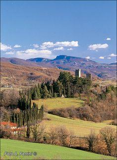 Casentino (Toscana, Italia) - in primo piano il Castello di Romena, sullo sfondo  il Monte della Verna, luogo di devozione a San Francesco